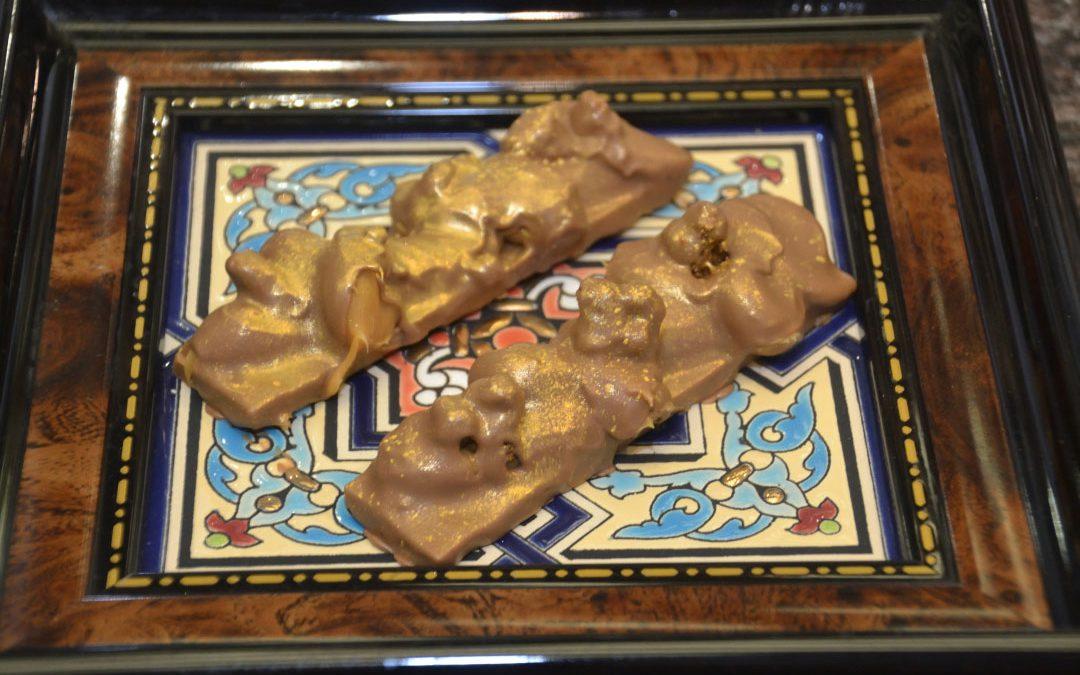 Snack gianduja blanca de avellanas , caramelo a la sal, y su galleta de canela