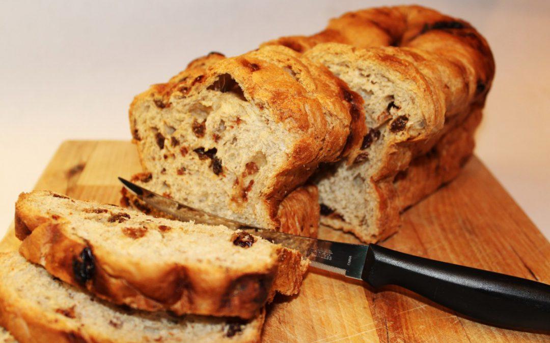 Pan de centeno con nueces y pasas.